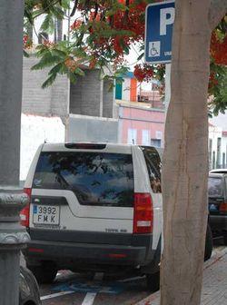 El Consejero de Medio Ambiente del Cabildo acude a una manifestación en todoterreno oficial que estaciona en un reservado para minusválidos