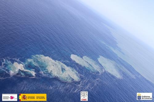 Erupción en El Hierro. En la imagen burbujeo y fragmentos de lava humeantes