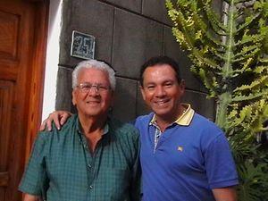 Con su amigo y admirado Domingo Valencia en la puerta de su casa