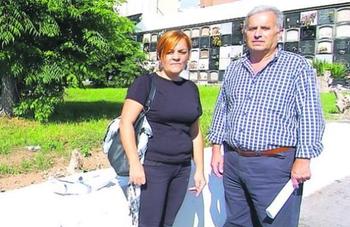 Pino González y Vicente Quintana junto a la fosa común del Cementerio de Vegueta (Foto La Provincia DLP)