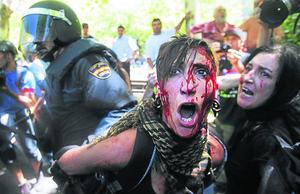 Salvaje represión policial en el país de los sobres