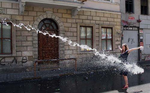 Una joven turca se enfrenta a la policía en Estambul