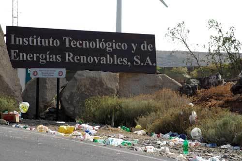 Entrada al ITER, con la basura de una edición de Eólica, a pocos metros de un espacio protegido