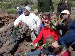 Arrojando rosas rojas al interior del Bucio de Maja