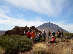Grupo junto al Bucio de Maja con Teide al fondo