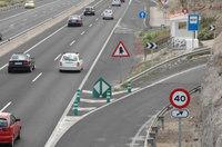 ¿Cabe en la cabeza de alguna persona sensata que una guagua, o cualquier cosa, pueda parar en ese espacio, teniendo que frenar casi totalmente dentro de una supuesta autopista para poder hacer la maniobra?