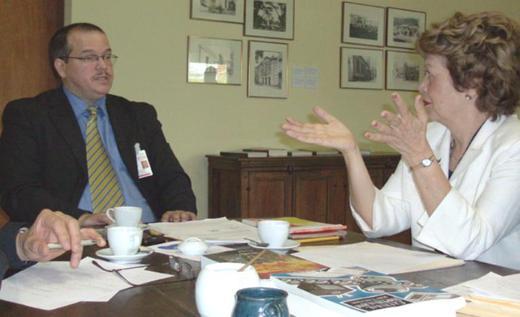 Fernando Báez y María Clemencia López conversan en la Dirección General de la BN