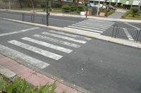 Por el acceso 'norte' hay cuatro bordillos, sólo uno de ellos es accesible porque presenta rebaje para una silla de ruedas, el del fondo en la imagen.