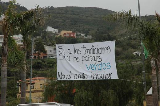 pancarta contra el anillo insular realizada por los vecinos en la plaza del Amparo
