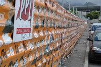 La mayor pegada ilegal de cartelería de la historia de Canarias la llevó a cabo el que ahora cobra 8 millones de pesetas al año, pese a haber sacado un puñado de votos, para que presida nada menos que la comisión de quejas ciudadanas. Grotesco