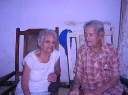 Doña Esther Lima Falcón con su primo Reinaldo