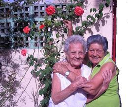 Doña Esther Lima Falcón con su primo Rosita