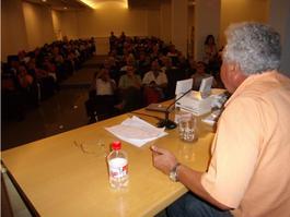 Momento de la presentación de El fósforo encendido de Víctor Ramírez