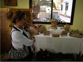La artesana Meri con parte de su obra y el artista y artesano Vicente Román Delgado