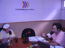 El autor es entrevistado por el periodista Juan García Luján