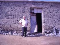 Foto 3. Domingo frente a la casi derruida instalación