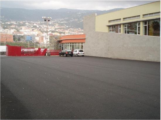 Foto de la explanada del estacionamiento casi vacía