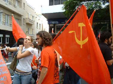 Jóvenes portando bandera comunista...
